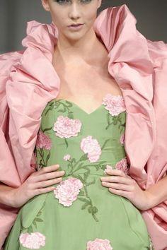 Oscar de la Renta at New York Fashion Week Spring 2011 - Details Runway Photos Nautical Fashion, Floral Fashion, High Fashion, Green Fashion, Dali, Fashion Details, Fashion Design, Pretty Pastel, Pink And Green