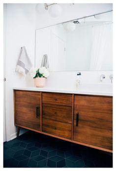 Mid Century Modern Bathroom, Modern Master Bathroom, Modern Bathroom Design, Bathroom Interior Design, Modern Interior Design, Small Bathroom, Mid Century Bathroom Vanity, Brass Bathroom, Master Bathrooms