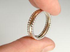 Ein schlichter, aber einnehmender Ring bestehend aus einem mittleren 585 Goldring und 2 filigranen Silberringen. Alle drei sind miteinander verlötet.