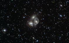 Кольцевые галактики формируются, когда центр огромной галактики на огромной скорости пробивает насквозь небольшая галактика-агрессор.