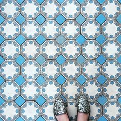 Azul! #ihavethisthingwithfloors #selfeet  #fromwhereistand #fwis #fourcornerprecisioncrop #ilovepattern #chaoqueeupiso #porondepisei #travellingfeet #porondeandei #instapavement #pisoseruas #pisadela #tilelover #tile #tileaddiction #tileobsession #azul #blue #casadasrosas #walksp #saopaulo #sp by gomezgi