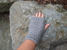 Pulsvarmere i refleksgarn - one size - mellomgrå Fingerless Gloves, Arm Warmers, I Shop, Design, Threading, Fingerless Mitts, Cuffs, Fingerless Mittens, Design Comics