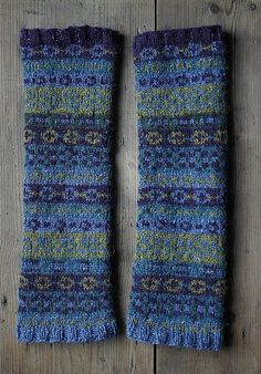 ~ Living a Beautiful Life ~ Ravelry: Fair Isle armwarmers pattern by Cello Knits (Erika Westerop) Knitting Charts, Loom Knitting, Knitting Socks, Hand Knitting, Knitting Patterns, Motif Fair Isle, Fair Isle Pattern, Knit Mittens, Knitted Gloves