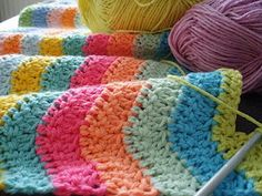 Love this ripple crochet! Must learn how to crochet Crochet Zig Zag, Crochet Ripple, Crochet Afgans, Manta Crochet, Love Crochet, Learn To Crochet, Crochet Crafts, Crochet Yarn, Yarn Crafts