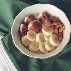 レシピとお料理がひらめくSnapDish - 22件のもぐもぐ - Maca and cinnamon overnight oats topped with banana slices, almonds and fresh fig by Rianne