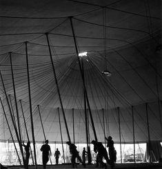 Robert Doisneau // Circus - Montage du chapiteau Pinder (4) 1949