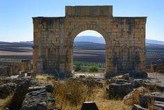 Volubilis était une ancienne cité Romaine où habitait 200 000 habitants. Ci-dessus, devant la vaste plaine agricole de la région de Meknès, l'arc de triomphe de Caracalla ouvre sur le decumanus maximus, la voie qui continuait jusqu'à Tanger. Ci-dessous,
