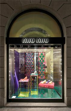 This Miu miu window display is made of the various tones of radiant orchid  and some complementary colours. Not only products but also props have complementary colours. Especially, translucence plastic props are looked like jewelry with lightings. A wavy bottom with green colour can be imagined water.