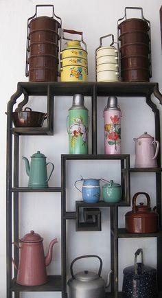 Deixe a criatividade dominar e decora um canto da sua sala de jantar com utensílios coloridos.  As pequenas estantes, além de aproveitarem um espaço que não seria útil, dão um toque de bom gosto no ambiente.  Desde peças mais finas, como copos, taças e louças, até os mais rústicos, como bules e chaleiras podem ser usados.
