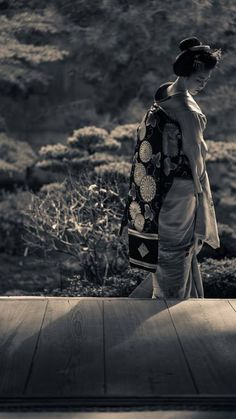 Handmade garments with an eye on elegance past Japanese History, Japanese Beauty, Japanese Culture, Samurai, Asian Photography, Black And White Photography, Japanese Kimono, Japanese Art, Japan Tag