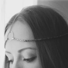 Recycle your necklaces and make this original hair accessory for the holidays. (in Spanish with translator)