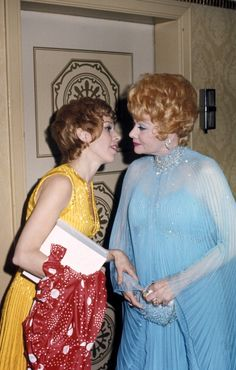 Carol Burnett and Lucille Ball Desi Love, I Love Lucy, Classic Hollywood, Old Hollywood, Redhead Funny, Queens Of Comedy, Lucy And Ricky, Lucy Dresses, Carol Burnett