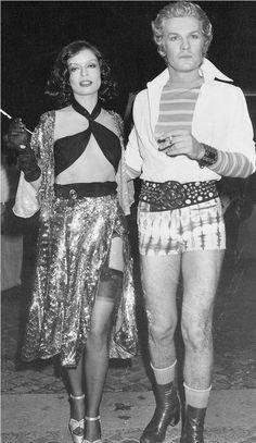 Bianca Jagger & Helmut Berger at Studio 54 Studio 54 Moda, Studio 54 New York, Studio 54 Disco, Disco Fashion, 70s Fashion, Vintage Fashion, Vintage 70s, Bianca Jagger, Studio 54 Outfits