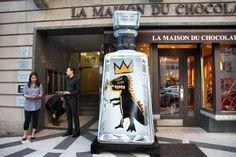 """Die """"Essential Artists""""-Edition der Agavenbrand-Marke 1800 Tequila zeigt seit 2008 Sonderflaschen von unterschiedlichen Künstlern. Hier ein Design aus der Serie von Jean-Michel Basquiat #artdrinks Jean Michel Basquiat, Tequila, Golf Bags, Essentials, Design, Art, Homemade Chocolate, Agaves, Cinema"""