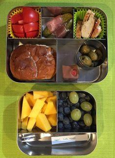 Vandaag natuurlijk fruit #meenaarschool en verder kipfilet, tomaat, augurk, olijfjes, krentenbol en een bonbon :)