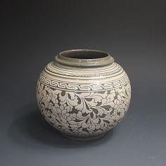 분청사기 박지연당초문호 粉靑沙器 剝地蓮唐草紋壺 (grayish-blue-powdered celadon - lotus and arabesque pattern sculpture)