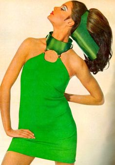 This photograph appeared in Vogue magazine in October This image is of vintage fashion, I can tell by the space age bright green shift mini dress. 60s And 70s Fashion, Mod Fashion, Vintage Fashion, Gothic Fashion, Photo Vintage, Vintage Vogue, Lauren Hutton, Twiggy, Foto Portrait