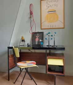 Dans cet appartement parisien habité par un couple d'antiquaires, les styles vintage et contemporain se mélangent dans une parfaite harmonie.