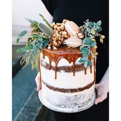 L O V E the native topper on this choc brownie + salted caramel beauty by Queensland caker @tome____ !