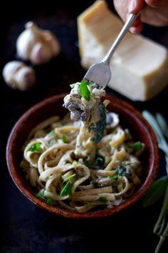 Bien qu'elle était autrefois utilisée pour éloigner les mauvaises âmes (Halloween, sors de ce corps!), je vous confirme que la sauge est particulièrement savoureuse lorsqu'elle est bien apprêtée. J'aime en ajouter à mes plats de pâtes. Marc trouve que ça sent un peu comme dans une vieille église. Pour ma part, je trouve que ça apporte à mes recettes un petit côté non conventionnel et j'adore ça! #pasta #fettuccine #recipe #lactosefree #foodblogger #natrel