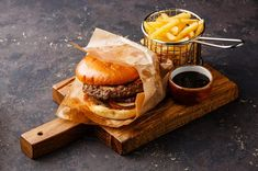 бургер by l-i-s-k-a IFTTT wooden burger cutting board fast food food french fries fry hamburger meal meat metal Bistro Food, Pub Food, Cafe Food, Food Design, Menue Design, Hamburgers Gastronomiques, Beste Burger, Food Porn, Food Tech