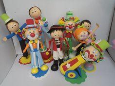 Conjunto com 5 peças do tema circo, 4 bonecos e uma Jaula ou Carrinho.Opção de escolha de bonecos ( Malabarista, mágico, homem bala, palhaço, palhacinha e domador)