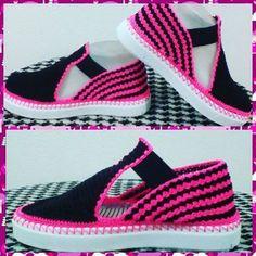 Zapatos tejidos a mano✋. #patyartesanal #patyartesanal Zapatos totalmente hechos a mano muy artesanales colores y modelos variados,cómodos y modernos. Pedidos por wap.