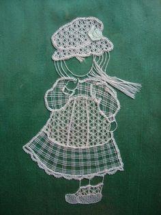 sunbonnet en dentelle de Binche, reminds me of the little dutch girl quilt pattern Bobbin Lace Patterns, Embroidery Patterns, Quilt Patterns, Machine Embroidery, Drawn Thread, Thread Art, Bruges Lace, Lacemaking, Crochet Needles