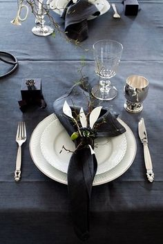 Royal Copenhagen platin dækketallerken og hvid helblonde spisetallerken / Charlotte Lynggards julebord.