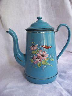 cafetiere émaillée bleue  ancienne decorée de fleurs et papillon  en relief