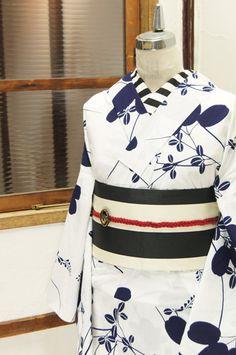 清々しい白の地に凛と映える濃紺一色で染め出された大胆な萩の模様が潔く美しい注染レトロ浴衣です。