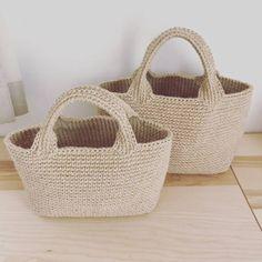前回のあとに巾着バッグを作ったのですが、紐部分の写真を丸々撮り忘れたので ちょっと記事が前後しますが、今回は長方形底の麻ひもバッグのご紹介です。 長方形底の麻ひもバッグを編みました。 こちらのバッグは以前編んだ丸底の麻ひもバッグと底の形以外は全て同じなんです。 底の形が違うだけでこんなにも変わるんですね。 ちなみに丸底の麻ひもバッグ(大)は内袋をオウム柄 丸底の麻ひもバッグ(小)は内袋をオウム柄にして、ピンクの麻ひもでアロハステッチしました。 ステッチすると裏側はこんなんなります(笑) 長方形底の作り方は以前ピーコックのバッグでやりましたので、こちらをどうぞ。 長方形底の詳しい編み方はこちらをどうぞ。 では工程をどうぞ。 底を編みます。 結構、長方形底歪むとおっしゃら...