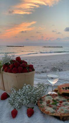 Summer Aesthetic, Travel Aesthetic, Aesthetic Food, Aesthetic Outfit, Picnic Date Food, Picnic Foods, Picnic Ideas, Beach Picnic, Summer Picnic