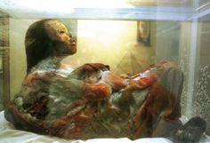 La niña inca También conocida como La Dama de Hielo. Esta adolescente vivió entre 1450 y 1530. Fue sacrificada con un golpe mortal a los dioses incas. Es una de las momias mejor preservadas, y su investigación ha generado una gran polémica: