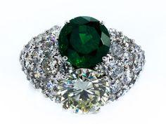 Prächtiger hochwertiger Ring mit großem Brillantsolitär, ca. 3,38 ct N-O/VVS2, und einem rund facettierten feinen Smaragd aus Sambia, ca. 3,5 ct, seitlich ...