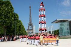 La Colla Vella dels Xiquets de Valls, aixecant el seu castell pel dret de decidir a París.