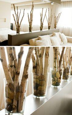 Glasvasen mit Birkenzweigen im Schlafzimmer