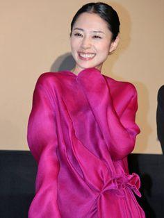 深津絵里、台風の中来場したファンに感激!「みなさんの情熱、忘れません」 Japanese Icon, Japanese Girl, J Star, Kawaii Hairstyles, Her Style, Beautiful Women, Actresses, Yearning, Female