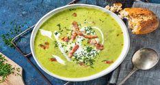 De krokussen en narcissen staan alweer een tijdje in bloei – het is volop lente! Hoog tijd dus voor een fris lente-recept. Er gaat niets boven zelfgemaakte soep en vandaag maak je een groene versie met courgette, prei en dille gegarneerd met yoghurt. De perfecte afsluiting van een mooie lentedag. Snack Recipes, Healthy Recipes, Snacks, Detox Soup, Fabulous Foods, Light Recipes, High Tea, Good Food, Cooking