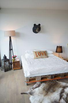 comment faire un lit avec des palettes de style industriel, une chambre à coucher de style industriel réchauffée par les accents déco scandinaves