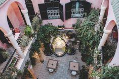 in Must-Do, egal wo in Marokko, ist das Übernachten in einem Riad. Die Riads sind Häuser mit Fenstern zum Innenhof. Der Innenhof ist oft mit Springbrunnen, kleinen Pools oder Chillout-Bereichen bestückt. Unser Riad hatte außerdem einen schönes Rooftop, inklusive Dachkatzen. Die Angestellten gaben uns eine selbstgezeichnete Straßenkarte, die uns sicher durch die Souks und zu anderen touristischen Sehenswürdigkeiten bringen sollte – alles klappte wunderbar.