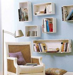 Caixa de feira pintada de branca como módulo na parede. Wooden Crates As Bookshelves, Crate Bookshelf, Wall Bookshelves, Wood Crates, Book Shelves, Diy Wooden Crate, Wooden Boxes, Cheap Beach Decor, House Ideas
