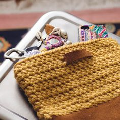 Free pattern for a crochet and leather bag. Perfect clutch for these cold months.