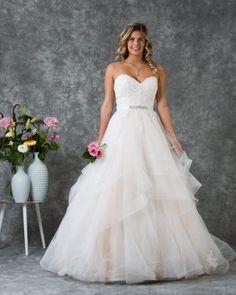 Romantische trouwjurk met prachtige strokenrok Wedding Dresses, Fashion, Bridle Dress, Curve Dresses, Night, Bridal Dresses, Moda, Bridal Gowns, Wedding Dressses