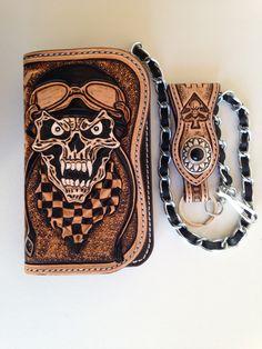 Portefeuille biker en cuir repoussé, motif: tête mort avec casque sculpté (carving) : Porte-monnaie, portefeuilles par lakota-cuir