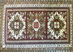 Alter Teppich aus dem Kaukasus ca. 1920 Schafschurwolle auf Baumwolle Adlerkrallen und Strahlenmedaillons Größe: 2,10 m x 1,44 m Teppich ist im gebrauchten Zustand. $1800.00