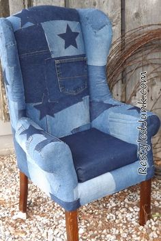 Blue Jean Upholstered Chair Blue jeans and hot glue, what could make a girl happier? Okay, maybe I'm an unusual girl…but I think you're gonna like this too. Jean Crafts, Denim Crafts, Recycle Jeans, Upcycle, Denim Furniture, Velo Vintage, Denim Ideas, Recycled Denim, Vintage Chairs