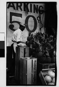 Walker Evans (Saint Louis, 3 novembre 1903 – New Haven, 10 aprile Worker Unloading Pineapples from Crates, New York City Walker Evans Photography, Eastman House, Eugene Atget, Berenice Abbott, Nyc Life, Make Pictures, Vintage Photography, The Twenties, Vintage Photos