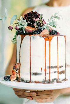 Non-Traditional Wedding Cakes If you thought that a drip cakes is perfect for celebrations like birthdays only, think again. This would make a fabulous wedding cake too. Pretty Cakes, Beautiful Cakes, Amazing Cakes, Nake Cake, Wedding Cake Rustic, Rustic Cake, Autumn Wedding Cakes, Wedding Cake Simple, Autumn Wedding Decorations