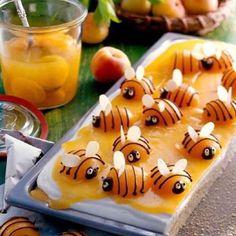 Uma linda imagem pra começar o dia, coisa mais fofa essas abelhinhas feitas com pêssego em calda, chocolate e semente de abóbora.